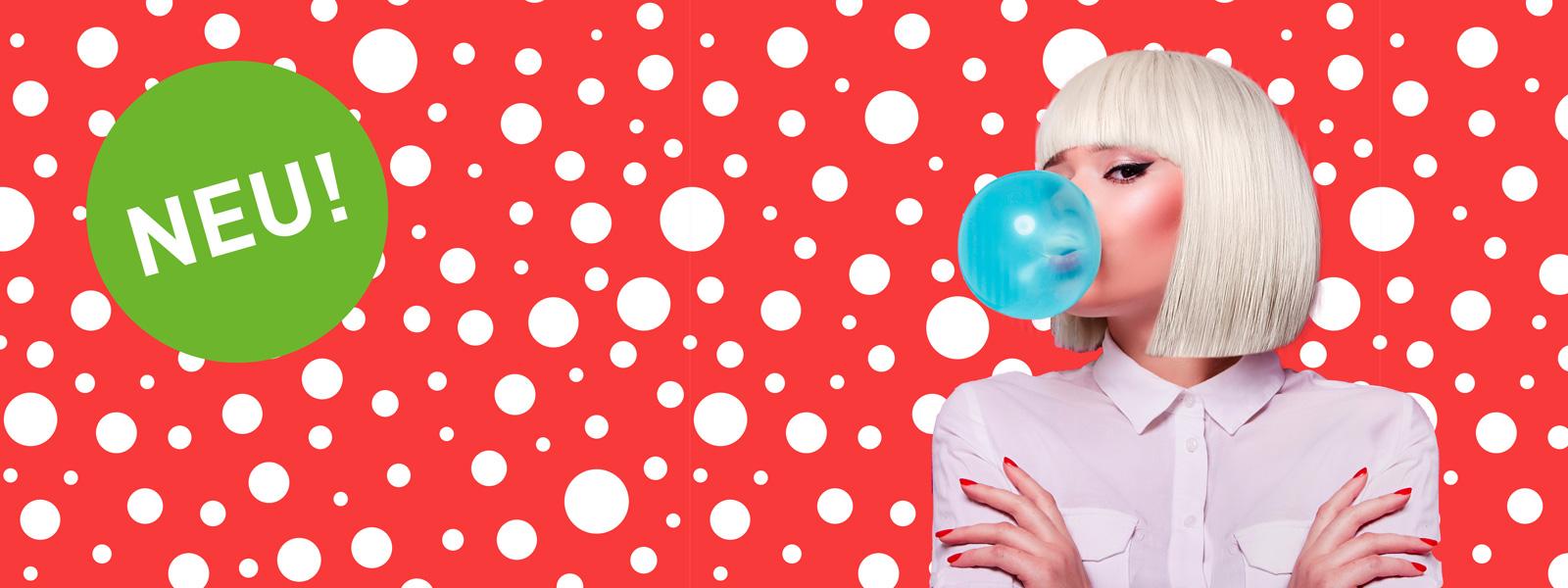 blasenfreie verklebung - frau mit blonden Haaren und blauer Kaugummiblase auf rosa gestreiftem Hintergrund